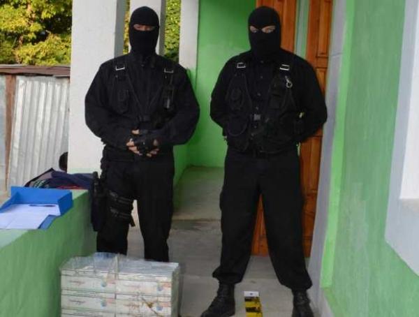 Polițiști cu cagulă, din Galați, pozînd ca niște cocalari (foto)