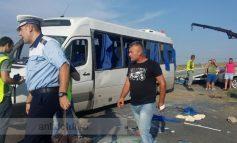 Un microbuz încărcat cu pasageri s-a tamponat cu o mașină la Schela
