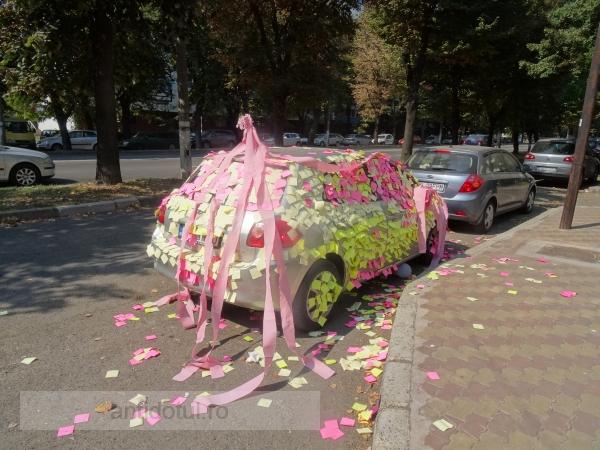 O Toyota a fost decorată cu hîrtie, inclusiv igienică, pe b-dul Coșbuc (foto)
