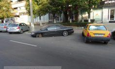 O rablă Chrysler ocupă gratis două locuri într-o parcare cu plată din Galați (foto)